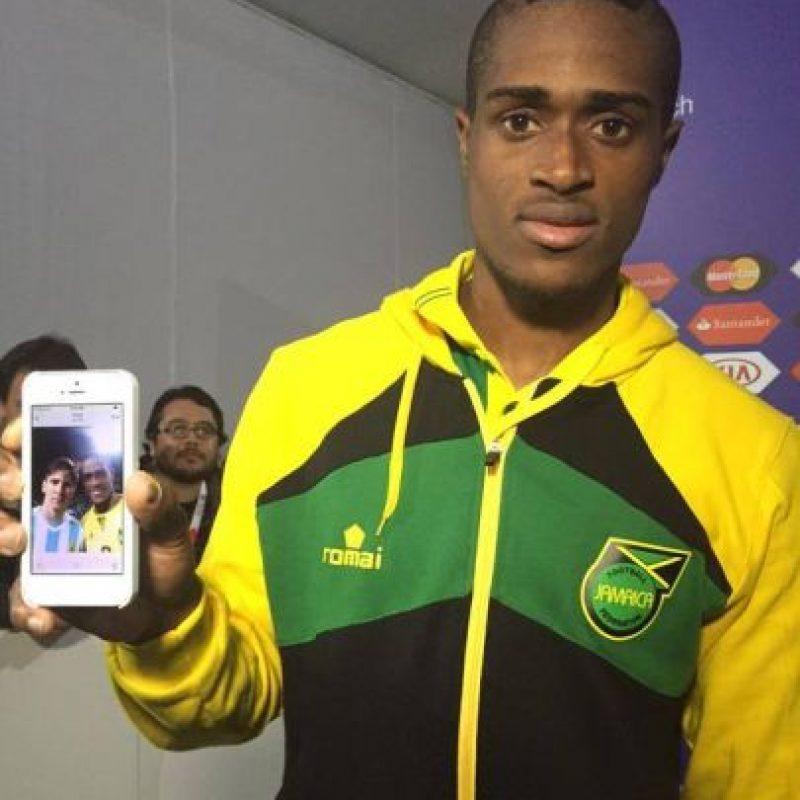 """Tras el Argentina vs Jamaica, Deshorn Brown de los """"Reagge Boys"""" se aceró al jugador del Barcelona para pedirle el """"selfie"""" del recuerdo que luego mostró orgulloso. Foto:Vía facebook.com/AFASeleccionArgentina"""