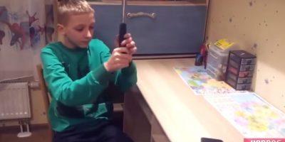 El martillo del niño aparente golpea un smartphone que ya estaba roto. Foto:YouTube