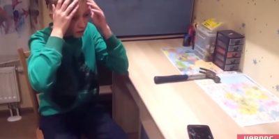 La expresión del niño parece forzada. Foto:YouTube