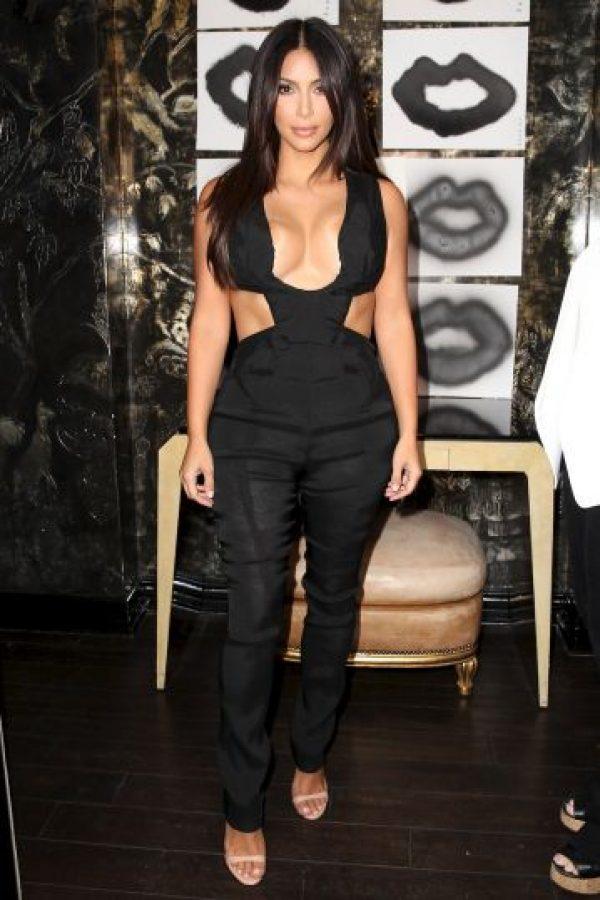 A Kim le falló el vestuario y dejó ver más allá de su escote Foto:Getty Images