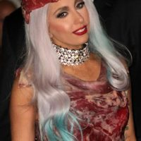 El sombrero/vestido de Lady Gaga con el que aún sueñan todos los carnívoros del mundo. Foto:vía Getty Images