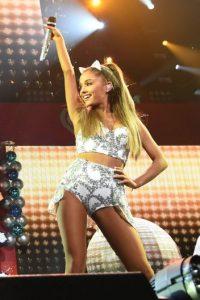 La emblemática cola de caballo de Ariana Grande ha generado gran polémica entre sus críticos Foto:Getty Images