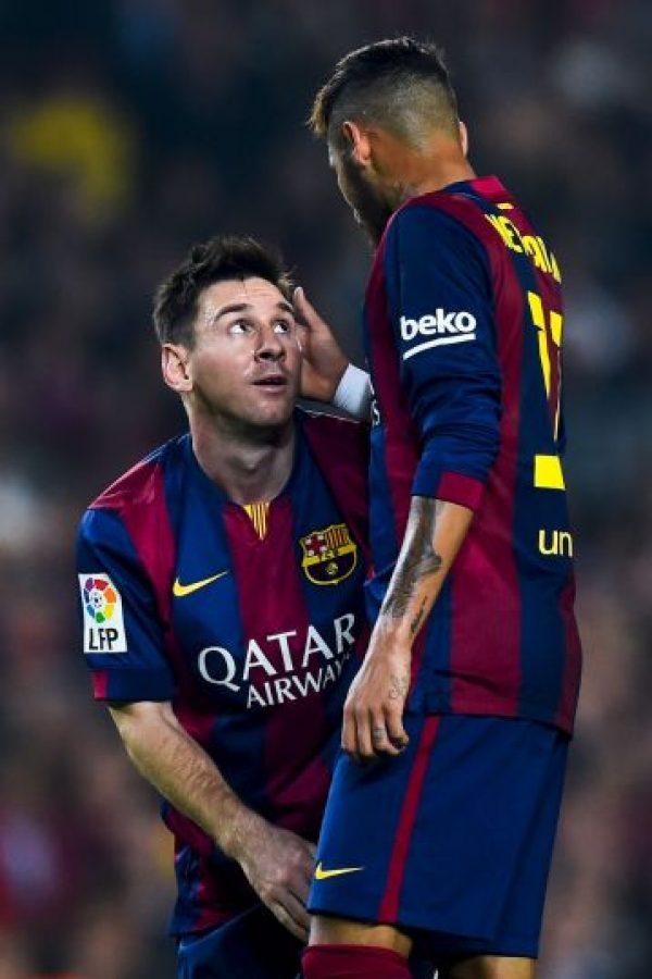 En un viaje de pretemporada, un recién fichado Neymar fue llamado por Lionel Messi para participar en una partida de póker con otros futbolistas del Barcelona, donde el argentino le pagó la primera ronda, y con esto, le envió un mensaje a la plantilla en la que ponía al brasileño bajo su tutela. Foto:Getty Images