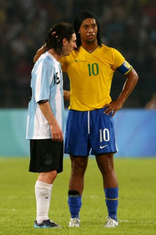 """Esto lo confirmó el propio """"Dinho"""" en una entrevista durante una visita a Argentina, en la que declaró que para él Messi no es su amigo, """"sino mi hermano menor"""". Foto:Getty Images"""