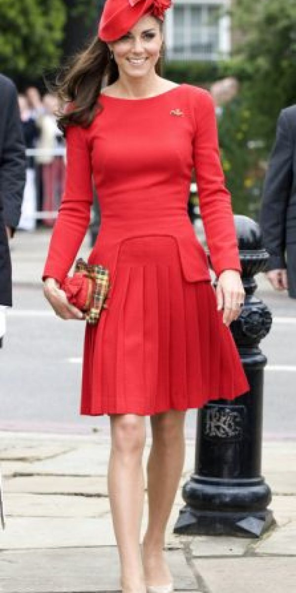 A veces cambia el corte de la fald, pero al igual que Camilla Parker con su traje sastre, o la reina Isabel II con sus trajes de falda y chaqueta a juego, Kate ya destaca por estos atuendos. Foto:vía Getty Images