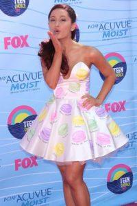 Puede que varíen con crop tops, pero la abertura y modelo de la falda no cambia. Foto:vía Getty Images