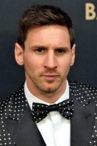A partir de este año, Leo dio un cambio de estilo y se volvió más extravagante. Con este traje de puntos apareció en la gala del Balón de Oro 2012. Foto:Getty Images
