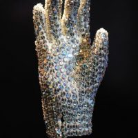 """2.- Además del icónico guante que lució en """"Billy Jean"""", el cantante tenía otros dos adornados con cristales de Swarovski. Foto:Getty Images"""