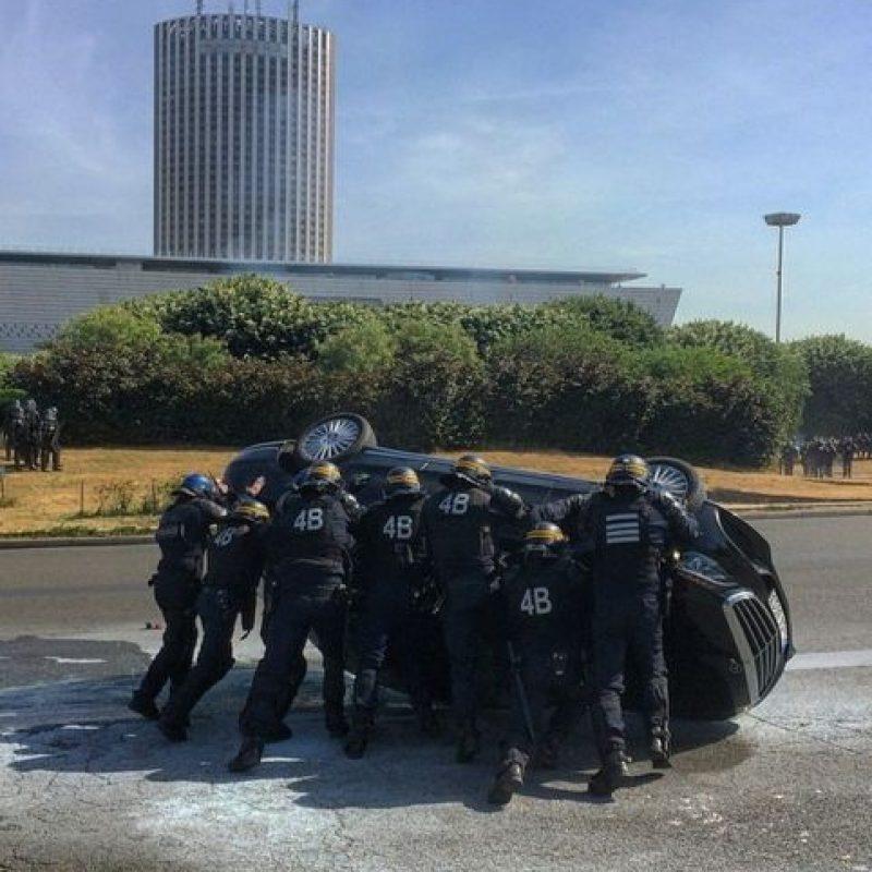 Policías tratan de regresar un auto a su posición original. Foto:instagram.com/guillaume.ds