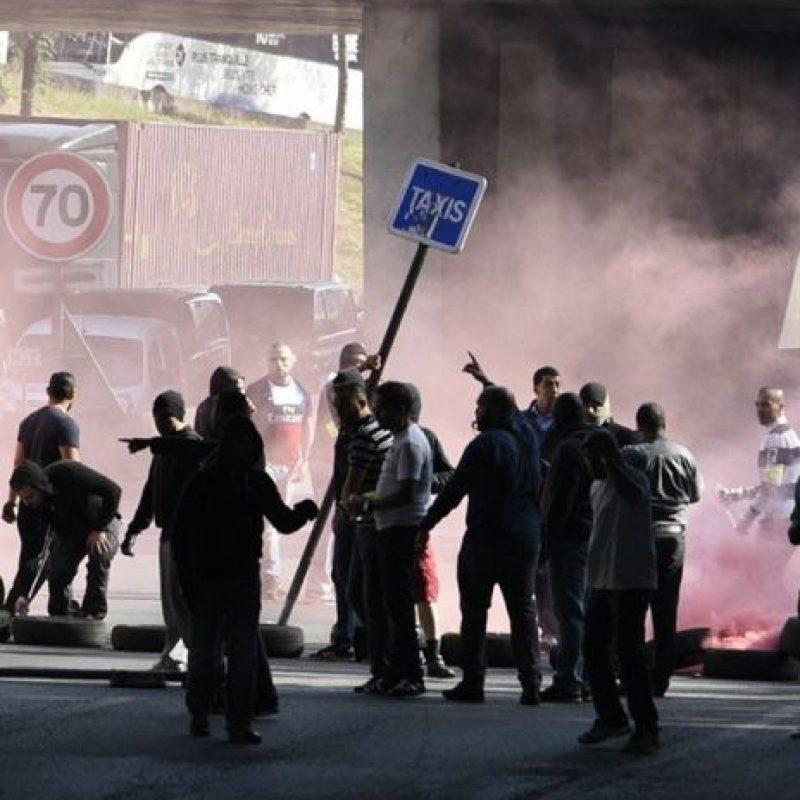 Taxistas protestando con violencia. Foto:instagram.com/lemondefr