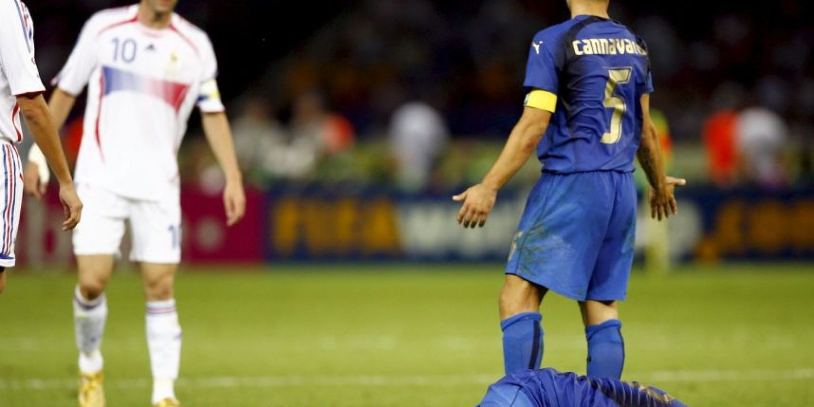 """Tras el polémico cabezazo de """"Zizou"""" a Marco Materazzi en la final de Alemania 2006, la FIFA le dio tres partidos de suspensión al francés, los mismos que no cumplió porque se retiró del fútbol. Foto:Getty Images"""