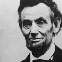 """Se dice que exigía que lo llamaran """"Señor Presidente"""" y como buen actor de método leyó todo lo que había referente al político norteamericano. Asimismo, no dejó que ningún actor británico le hablara mientras lograba la voz de Lincoln. Foto:vía Getty Images"""