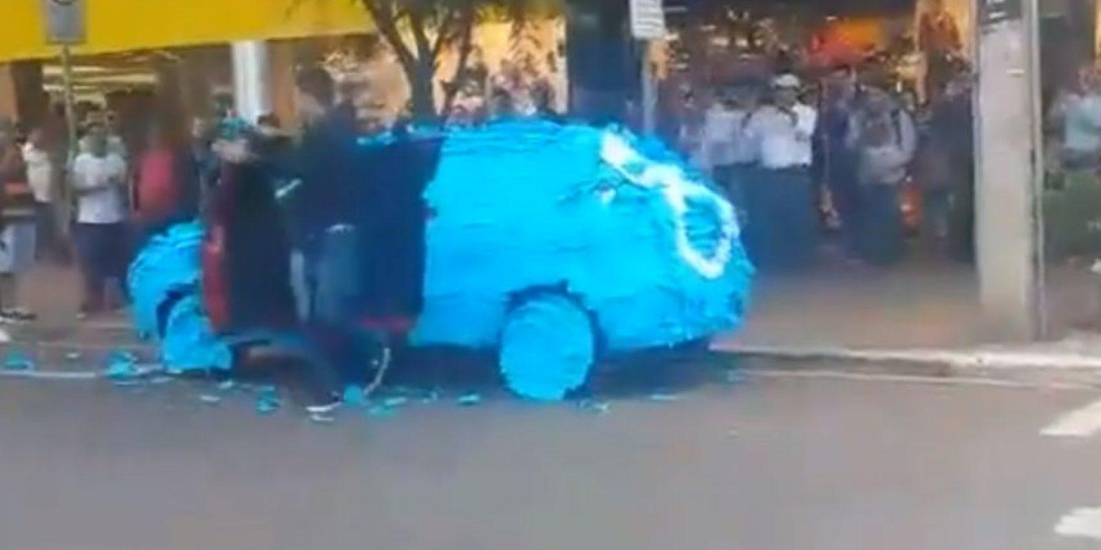 La rechifla fue general. Y el conductor trató de quitar los post-it que le estorbaban la vista. Foto:vía Youtube/Brazilian Guy