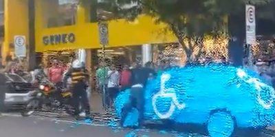 Todos, con el símbolo del estacionamiento en el que no debió meterse. Foto:vía Youtube/Brazilian Guy