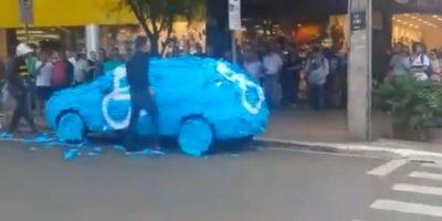Por esta razón, los vigilantes le dieron una dura lección: le llenaron el auto de post-its. Foto:vía Youtube/Brazilian Guy