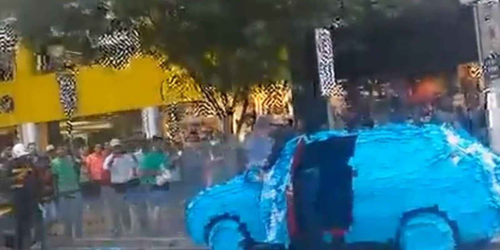 Hay maneras de perder la dignidad y esta. Foto:vía Youtube/Brazilian Guy