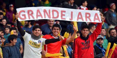 Hinchas chilenos festejan a Gonzalo Jara en el Brasil vs. Paraguay