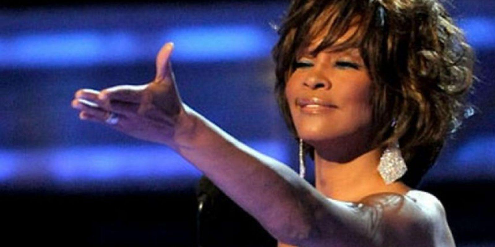 """Supuestamente Whitney Houston está en el infierno. Fue vista por la predicadora Linda Ngahuah, de Sierra Leona. Ella murió en 2013 y supuestamente Jesús le mostró el cielo y el infierno. Houston le pidió a la predicadora que llevaran a su hija Bobbi Kristina a conocer de Dios y que donaran todo su dinero a los cristianos. Que le dijera a sus colegas que el infierno era real, pero Jesús le respondió que era """"demasiado tarde"""" para eso. Foto:vía Getty Images"""