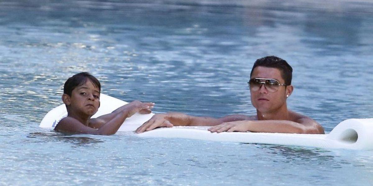 Cristiano Jr. muestra en la playa su talento para el futbol