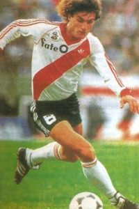 """Hincha de Boca Juniors desde la niñez, nació futbolísticamente en el club """"Xeneize"""", pero en 1985 emigó al River Plate, máximo rival de """"Boca"""". Foto:rivermillonarios.com"""