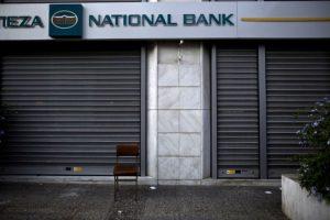 """2. Los griegos solamente podrán retirar de los cajeros automáticos 60 euros al día, como máximo por cada tarjeta que dispongan. De acuerdo al portal financiero """"Numbeo"""", el costo promedio de una comida para dos personas es de 30 euros. Foto:AFP"""