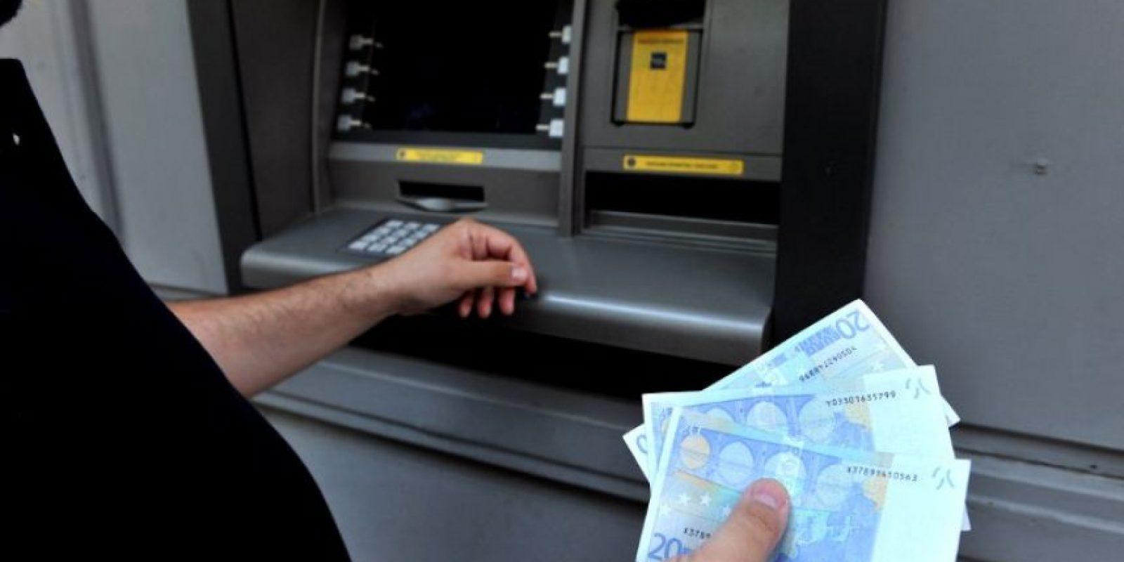4. No se podrán obtener adquirir bienes y servicios con las tarjetas de crédito y débito griegas fuera del país. Foto:AFP