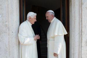 Hoy, a unos días de que Francisco inicie un viaje apostólico a América Latina, se reunieron ambos papas Foto:AFP
