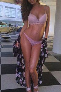 La modelo de Los Ángeles que conservaba sus abdominales a los ocho meses. Foto:Vía Instagram/@sarahstage
