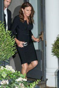 1.- Con 65 años, así luce Caitlyn Jenner en un ajustado vestido negro. Foto:The Grosby Group