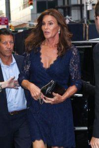 3.- Caitlyn Jenner se robó todas las miradas con este vestido de encaje azul… Foto:The Grosby Group