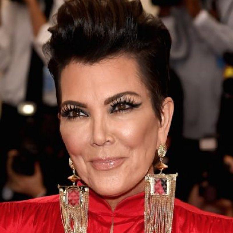 Detrás de las pestañas postizas y el sobrecargado contour, está el rostro de Kris Jenner, última esposa de Caitlyn y madre de las Kardashian. Foto:Getty Images