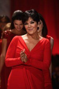 Kris Jenner en un vestido rojo con todo el esplendor de sus 59 años Foto:Getty Images