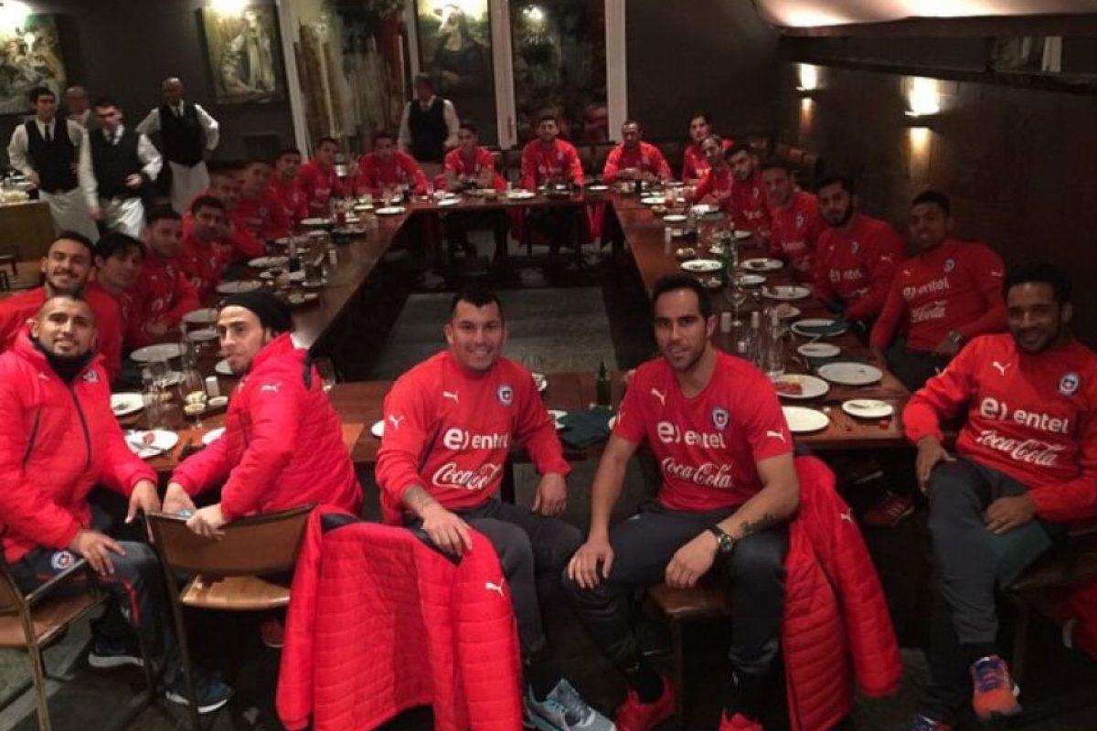 Ya sea en la comida, antes de un partido, o después de él, el portero del Barcelona captura los momentos con sus compañeros y los comparte a sus seguidores. Foto:Vía instagram.com/claudiobravo1