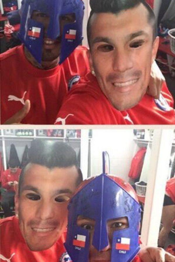 Con sus mejores amigos (Arturo Vidal). Foto:Vía instagram.com/gary_medel17