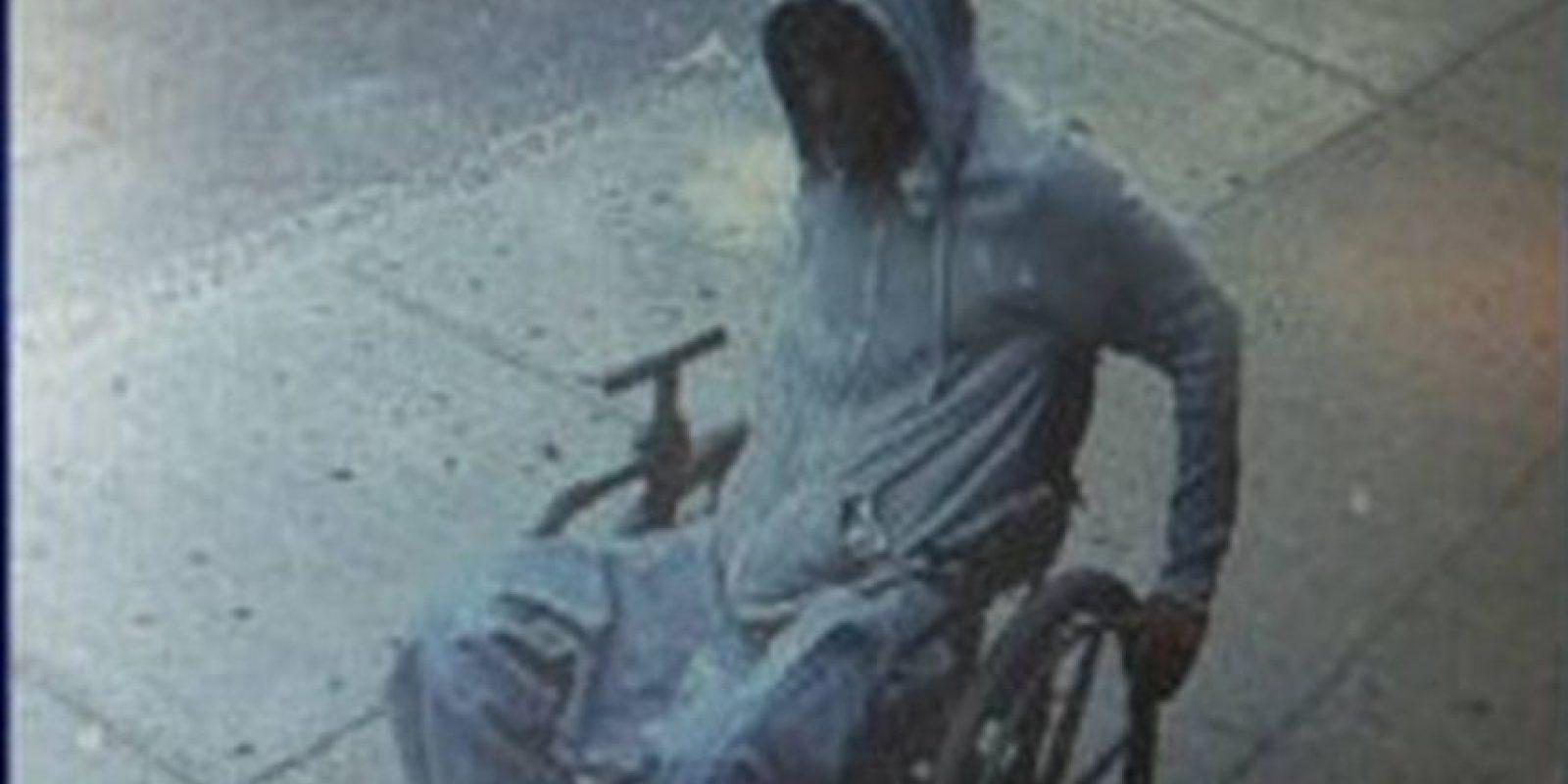 La huida del sospechoso fue captada por la cámara de un negocio cercano. Foto:Vía nyc.gov