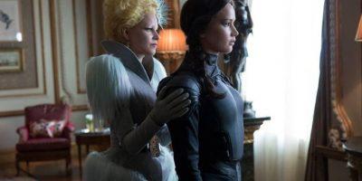 """En esta nueva fotografía podemos ver a """"Katniss"""" y """"Effie"""" preparándose para la batalla final. Foto:Facebook/LosJuegosdelHambre"""