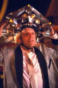 """Interpretó al """"Dr. Emmet Brown"""", quien inventó la máquina del tiempo luego de golpearse la cabeza con el inodoro y alucinar el diseño del condensador de flujo. Foto:Getty Images"""