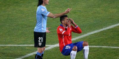 5. En los cuartos de final, el chileno tocó el trasero del uruguayo y después exageró una bofetada del delantero Foto:AFP