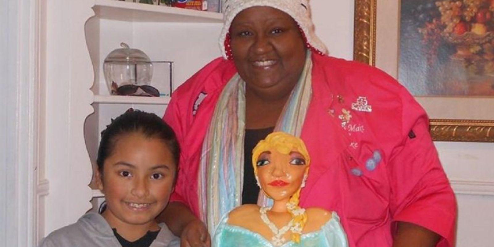 """""""Este es mi pastel y ella sonríe encantada con el glaseado"""", comentó Lisa en su cuenta de Facebook. Foto:vía facebook.com/letsmakeacake"""