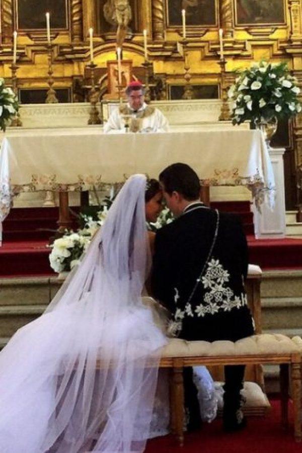 La pareja celebró su enlace nupcial en la iglesia de San Cristobal de las Casas en el estado de Chiapas, México. Foto:vía instagram.com/anahiofficial