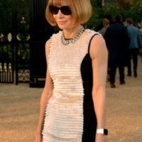 """Anna Wintour es escritora, periodista y directiva británica que ejerce como editora jefa de la edición norteamericana de la revista """"Vogue"""". ¿Notan lo que tiene en la muñeca? Foto:Charley Gallay"""