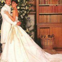 Se dio el sí, en 1999, con una boda excéntrica donde ellos sentados en su trono recibieron a los cerca de 250 invitados, quienes tenían que vestir de negro o blanco. Victoria se casó con un traje ajustado color marfil acompañado por una corona de diamantes. Foto:Tumbrl