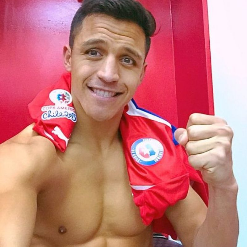 Alexis fue el ganador de esta Copa América. Se coronó campeón, anotó el penal decisivo y deleitó a todas sus fanáticas con muchas fotos de torso desnudo en sus redes sociales las cuales están llenas de comentarios y agradecimientos del público femenino. Foto:Vía instagram.com/alexis_officia1