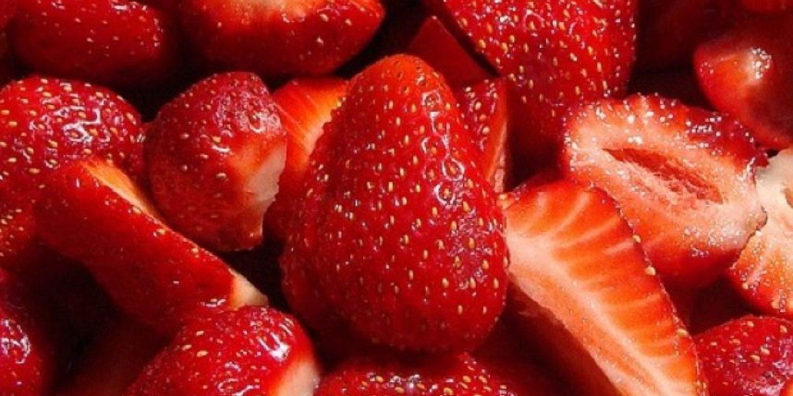 Muerdan un pedazo de algodón y a continuación unten la pasta sobre sus dientes, froten un poco para blanquearlos. Foto:Pinterest