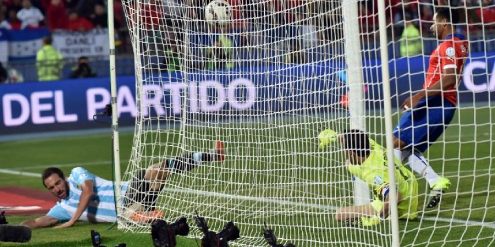 El infortunio del atacante lo ha alcanzado en las finales de la Copa América 2015 y la Copa Mundial 2014. Foto:AFP