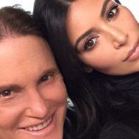 Al final del segundo adelanto, mientras Caitlyn le muestra su ropa a Kim Kardashian, ella le menciona que su Kris Jenner tiene un vestido uno similar al que le está enseñando. Foto:Instagram/ Kim Kardashian