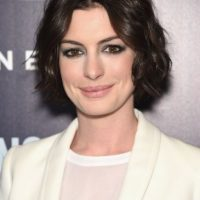 """En la película """"El Diario de la Princesa"""", la actriz lució las cejas pobladas, el cabello largo, rizado y esponjado. Foto:Getty Images"""