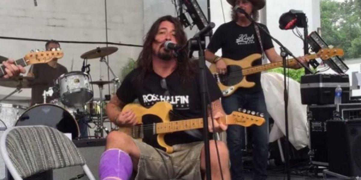 Video: Dave Grohl canta, con la pierna fracturada, junto con exmiembros de Pearl Jam y Blind Melon