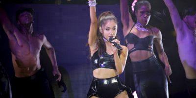 Sorprenden a Ariana Grande besándose con uno de sus bailarines