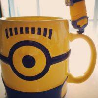 """3.- Una taza con un """"Minion"""" supervisando la bebida Foto:vía instagram.com/dudu_julie"""